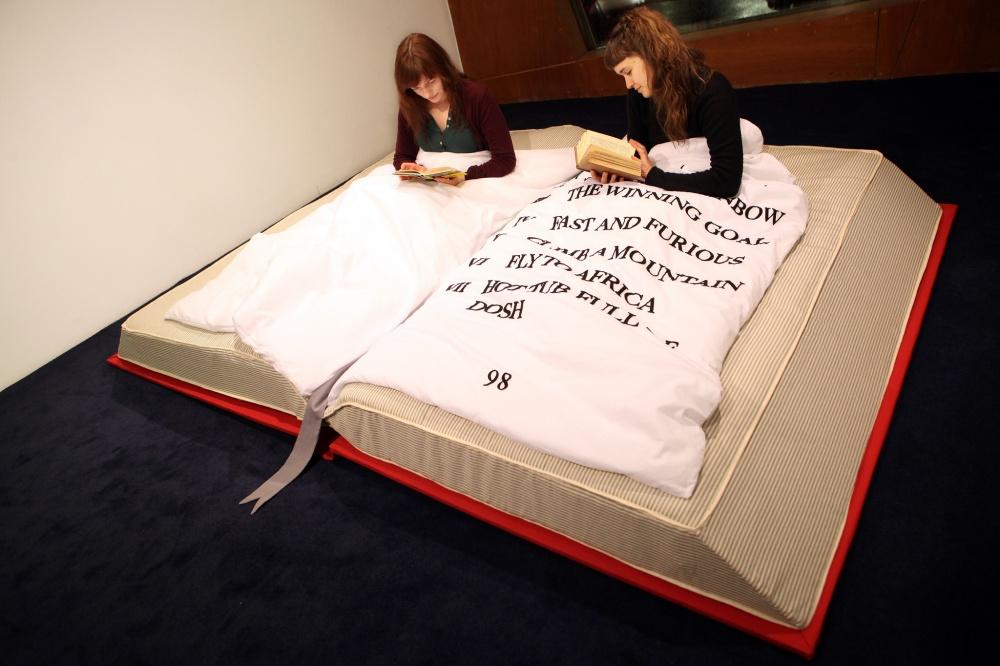 Нучто еще делать, лежа втакой? Конечно, читать книгу! Фотография напревью: pinterest