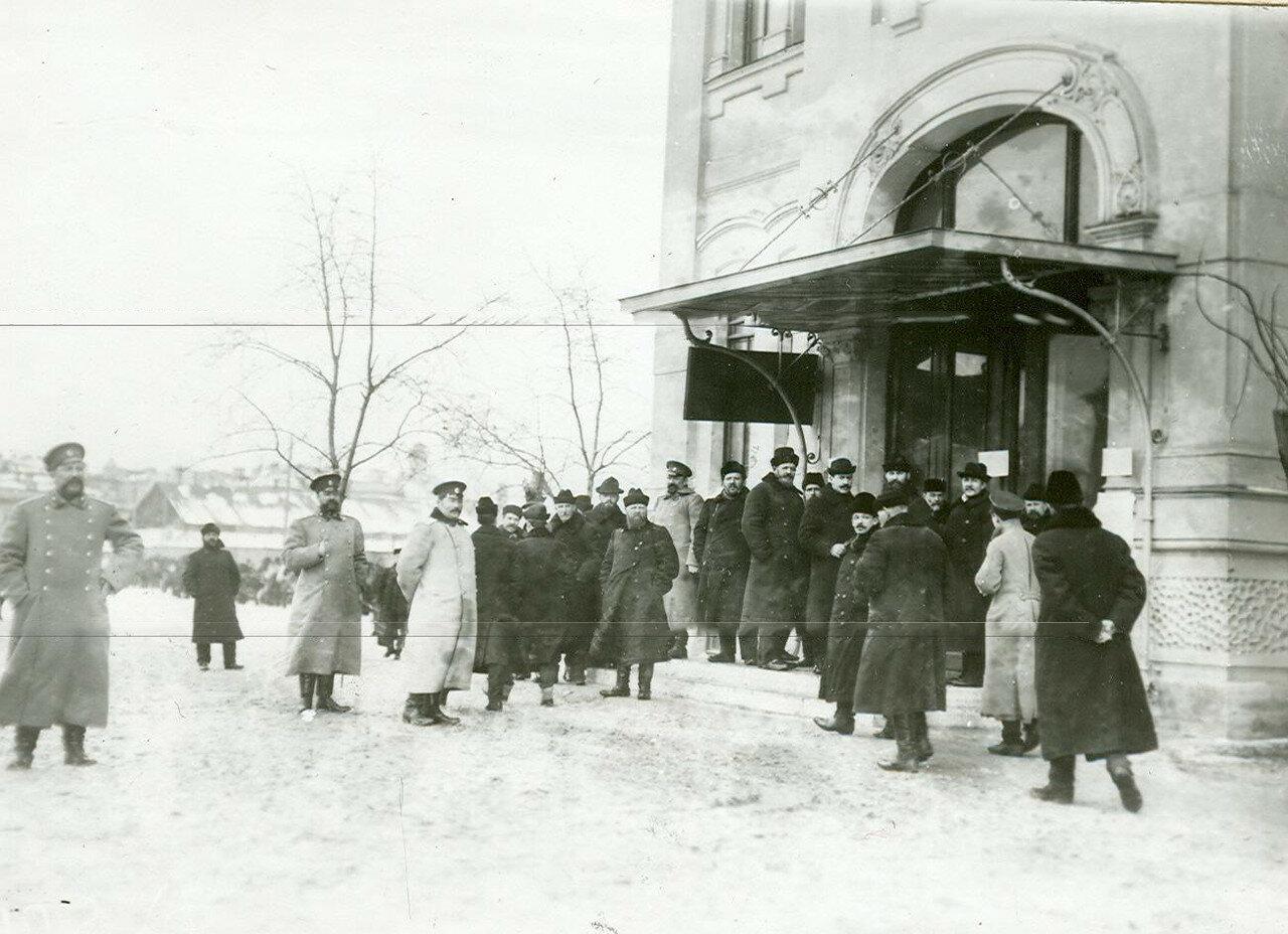 Группы избирателей у входа в помещение для голосования в день выборов депутатов Второй Государственной думы