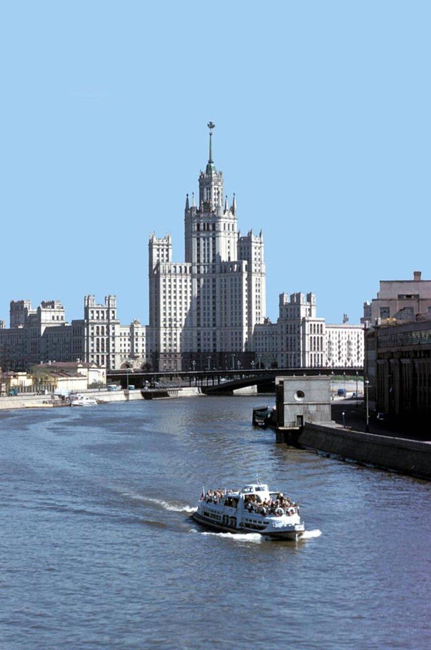 Вид на высотку с Москворецкого моста