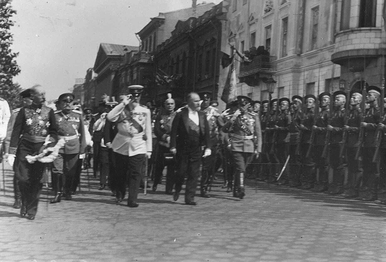36. Р.Пуанкаре на Английской набережной проходит мимо почетного караула 90-го Онежского полка