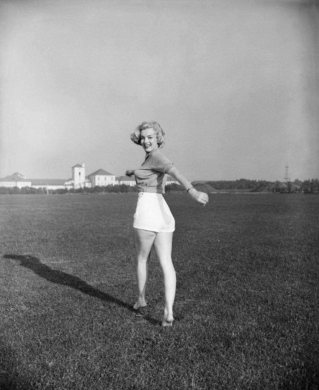 Marilyn Monroe In Twisting Pose On Feet