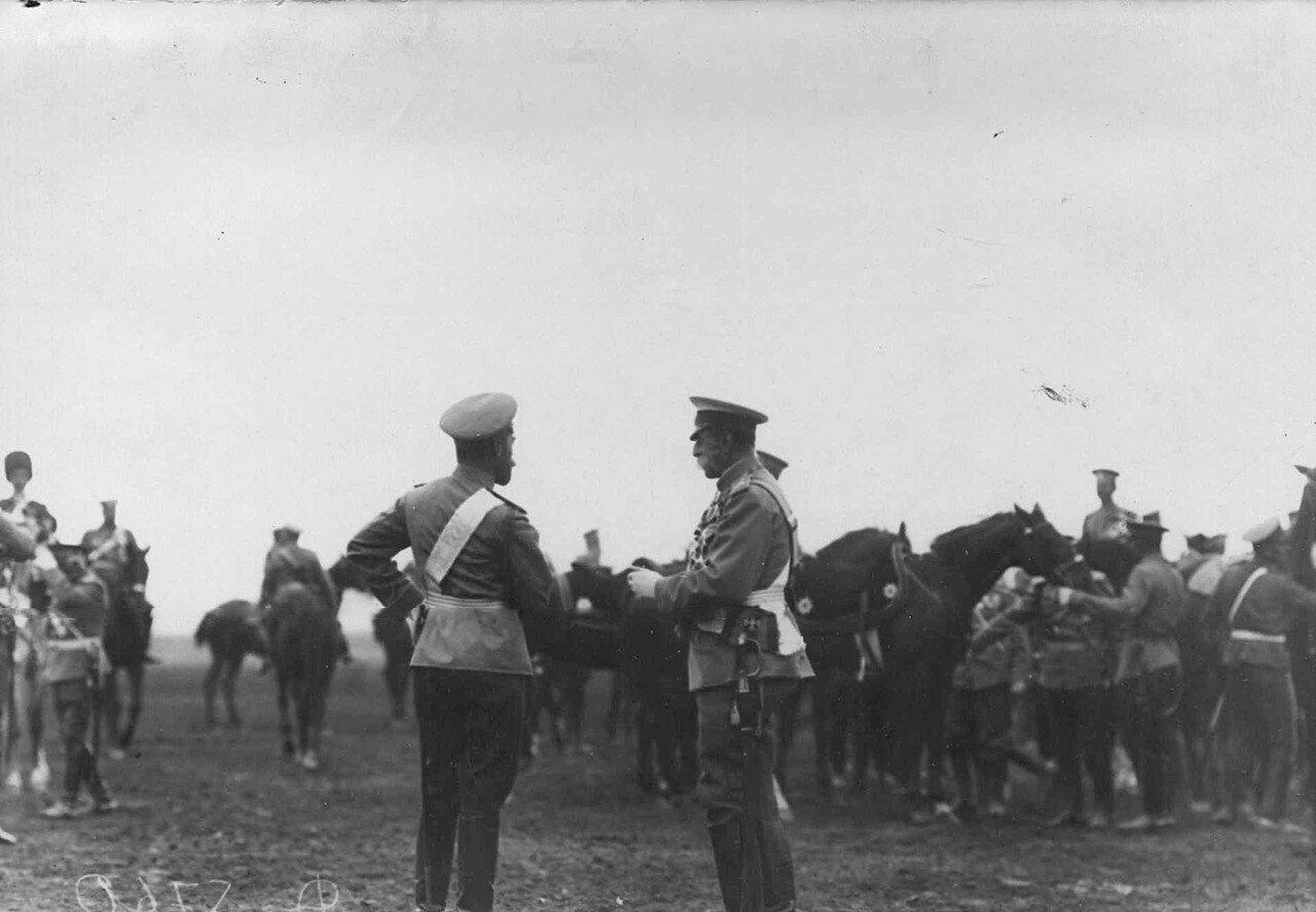 28. Император Николай II разговаривает с генерал-адъютантом свиты, бароном В.Б. Фредериксом. 30 июля 1912