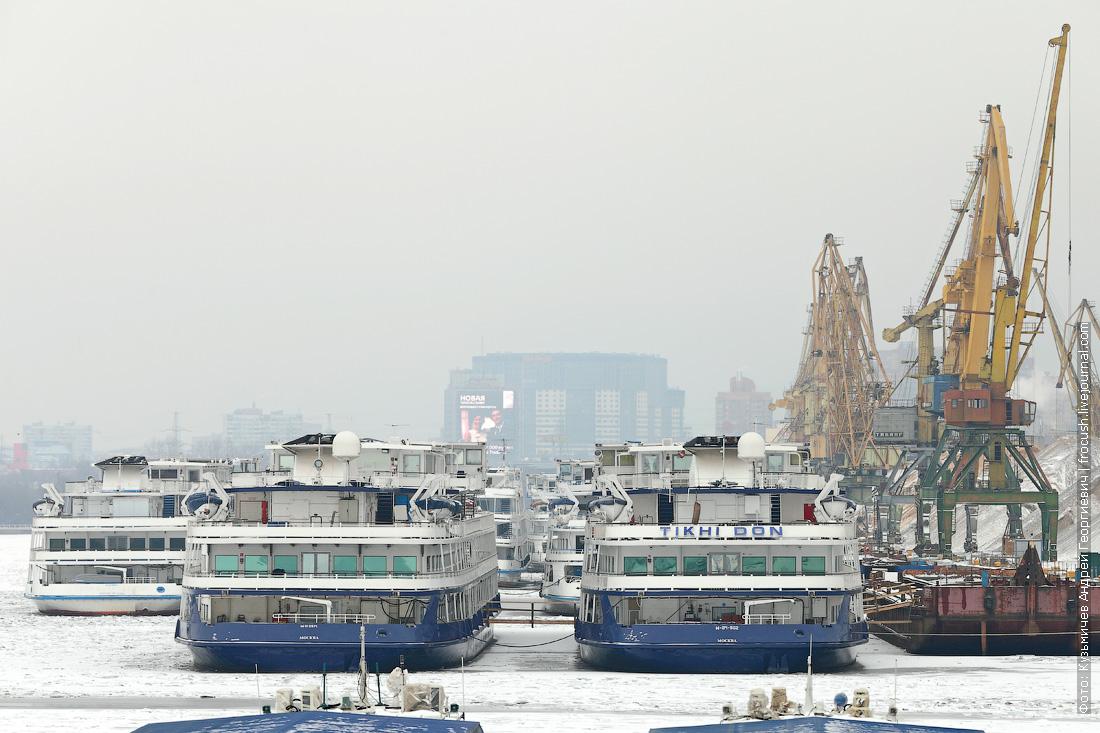 вид на караван судов в Северном грузовом порту Москвы зимой 2014 - 2015 года