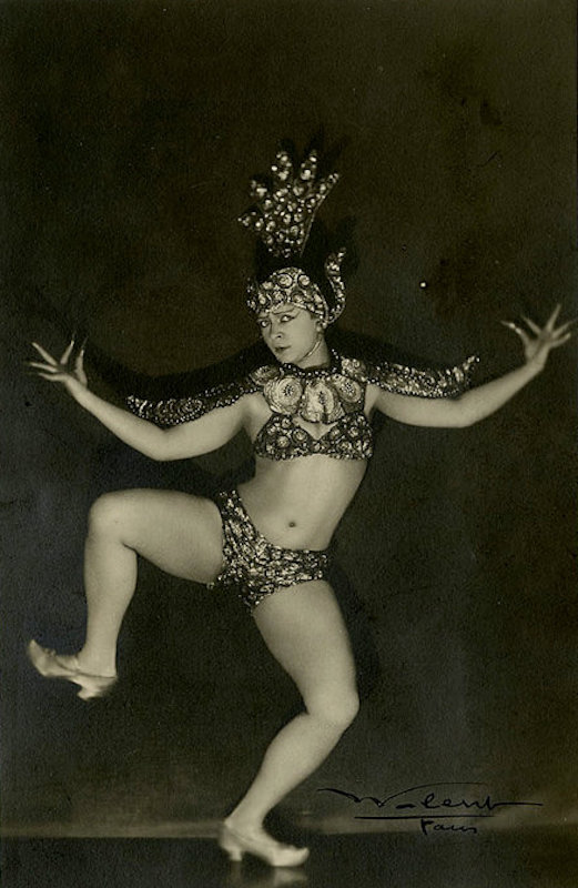 Folies Bergère de Paris showgirl photographed by Lucien Walery, c. late 1910s - early 1920s..jpg