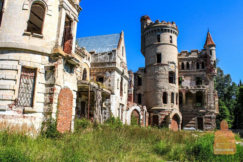 На развалины усадьбы грустно смотреть