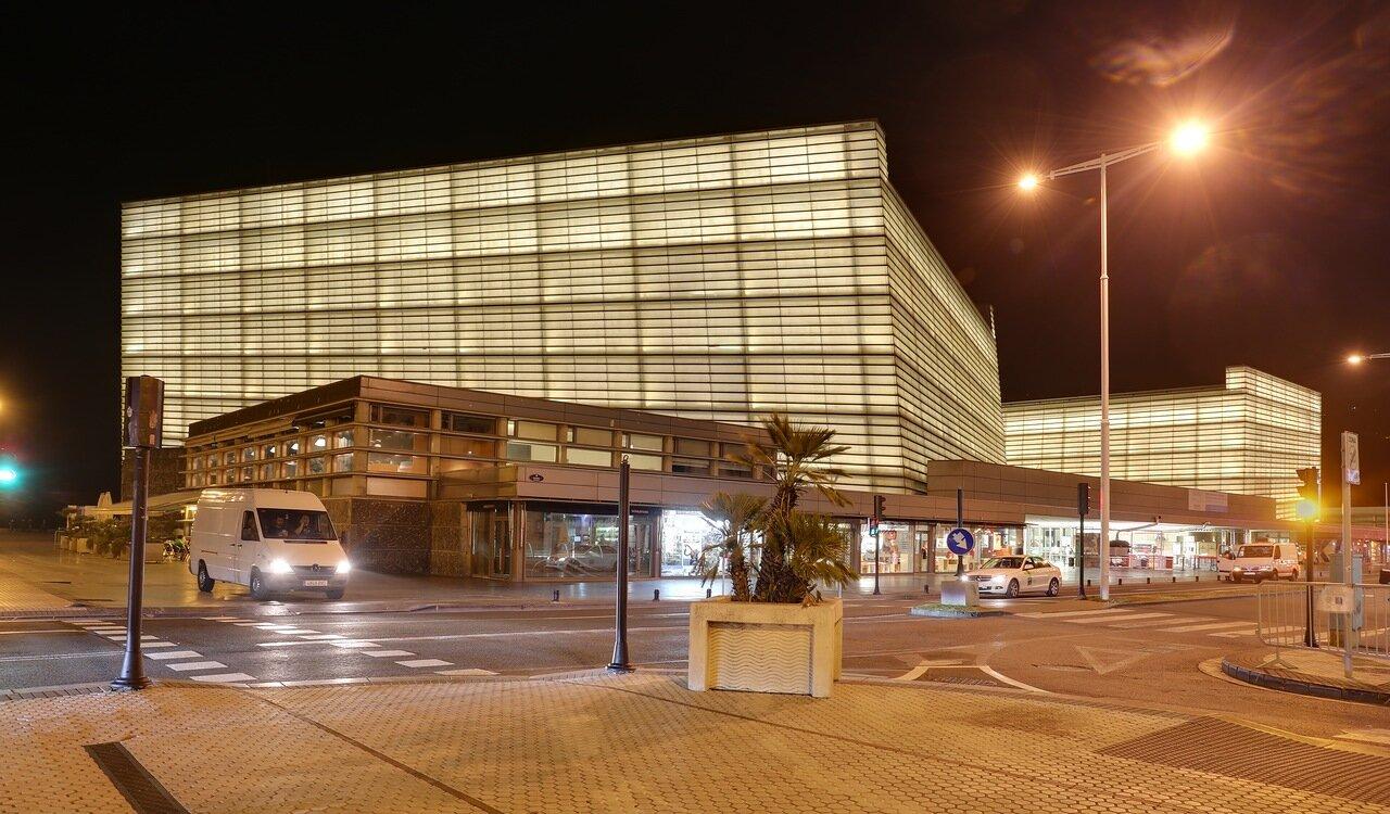 Доностия-СанСебастьян. Дворец конгрессов и Аудитория Курсааль ночью.