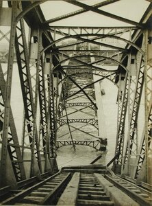 Вид части разрушенного железнодорожного моста через Днестр.
