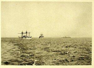 Суда соединенной эскадры во время учений( последовательного поворота) слева направо крейсер I-го ранга Рында, эскадренный броненосец Император Николай I, канонерская лодка Гремящий