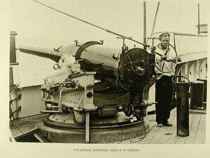 Матрос у 6-дюймовой дальнобойной пушки в 35 калибров, установленной на палубе одного из крейсеров эскадры