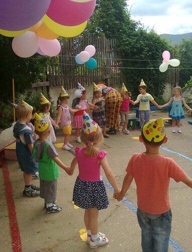 15 июня 2015 года на спортивной площадке детского сада № 37 прошло развлечение «День чудес». Цель праздника - развитие эмоциональной сферы, организация активного отдыха дошкольников на открытом воздухе через интеграцию всех видов деятельности.