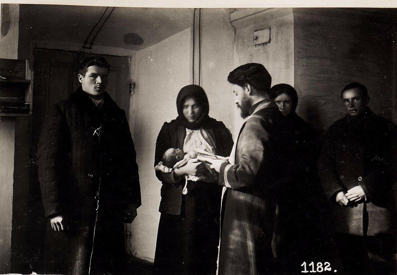 Крещение младенца в русской церкви (10/II.1918.)