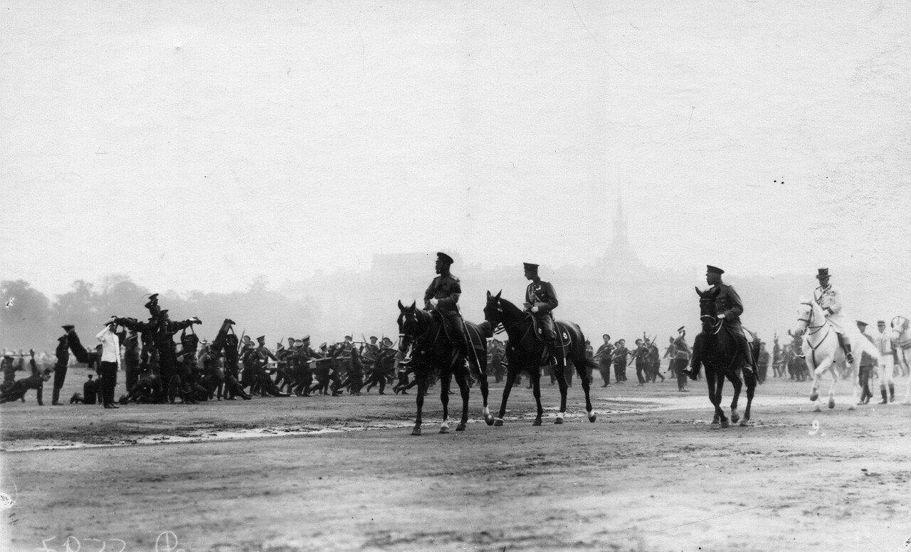 66. Император Николай II и сопровождающие его лица во время смотра гимнастических упражнений