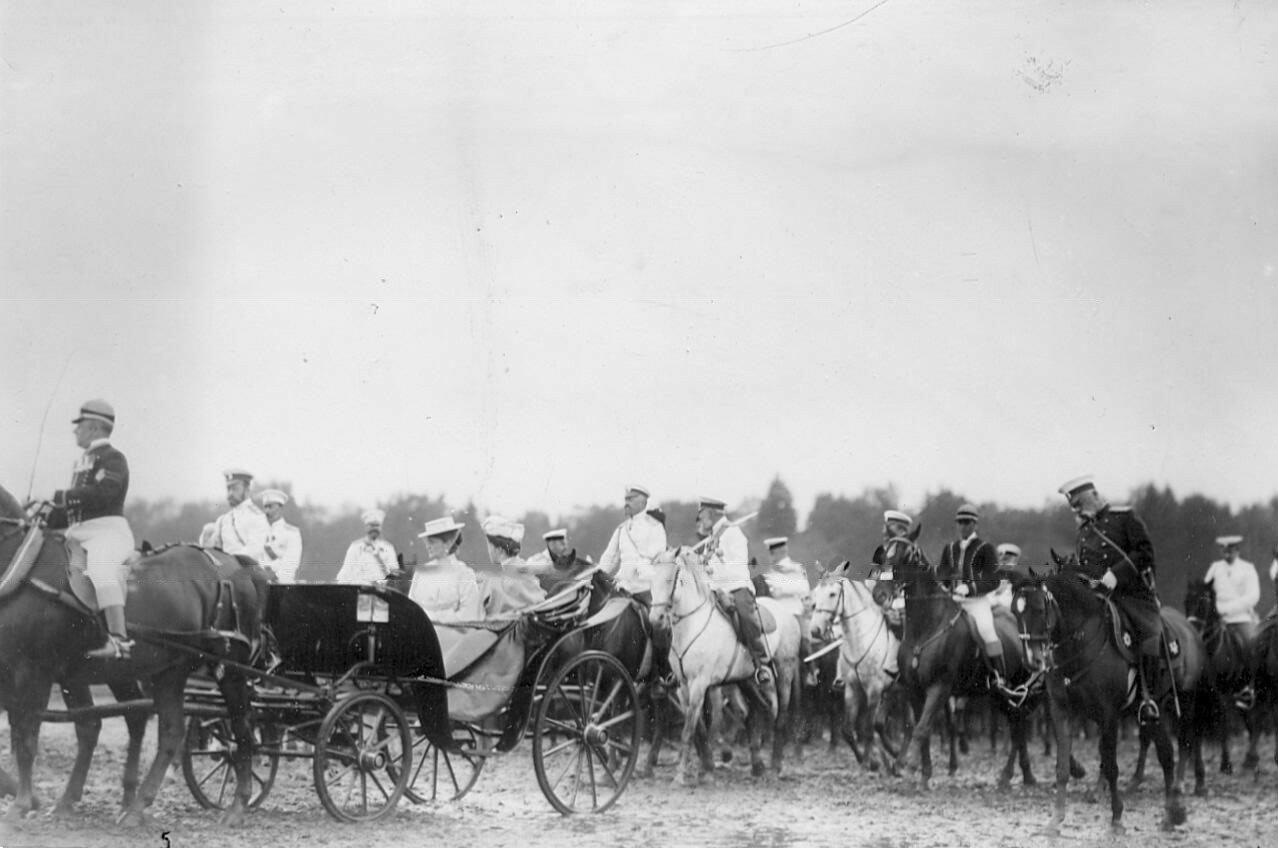 12. Император Николай II, члены императорской фамилии и офицеры на поле по окончании смотра. 1907