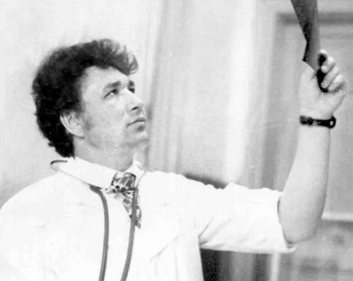 90-сы йылдар. Дарвин Зыяев рентген һүрәтен тикшерә
