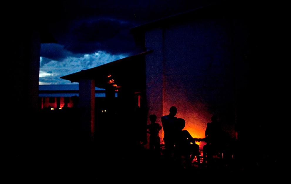 8. Группа беженцев из города Абьей вокруг костра в лагере в поселке Майен Абун 26 мая. Жестокий конф