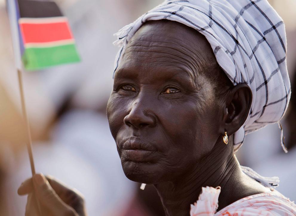 22. Южная суданка с флагом новообразованной страны. (AP Photo/David Azia)