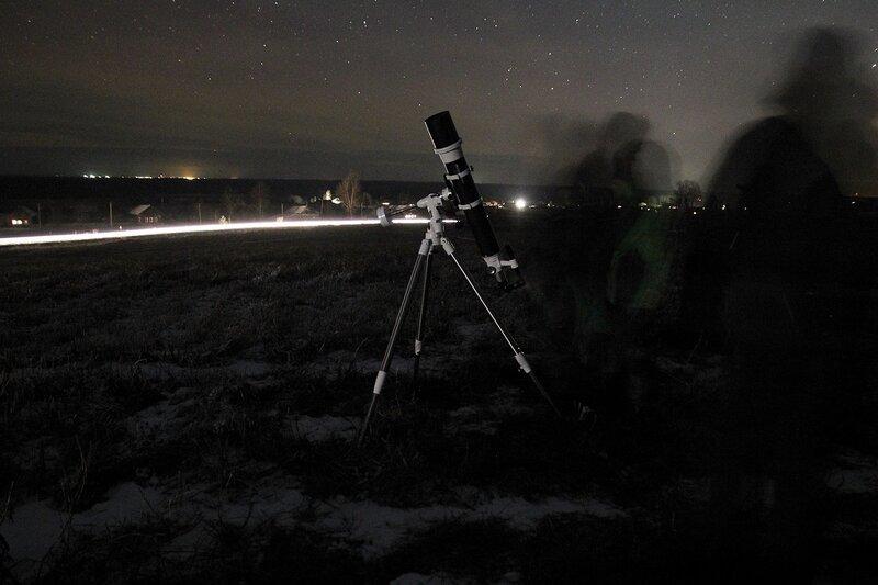 Телескоп на фоне огней дороги 23 ноября 2014 г. Астрономический выезд в Шалегово (Оричи, Кировская область)