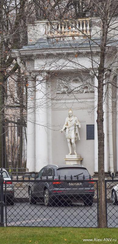 Одна из скульптур на павильоне сада Аничкова дворца.
