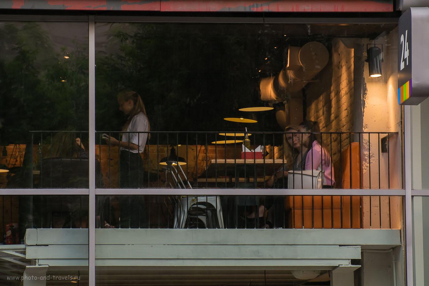Фото 26. Вечер в кафе (640, 135.7, 6.0, 1/125). Съемка на беззеркальный фотоаппарат Фуджифильм Х-М1.