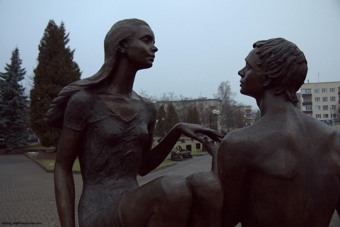 Бронзовый памятник юности в Новополоцке.