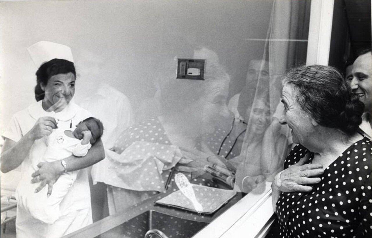 1970.  Голда, разглядывает новорожденного в больнице