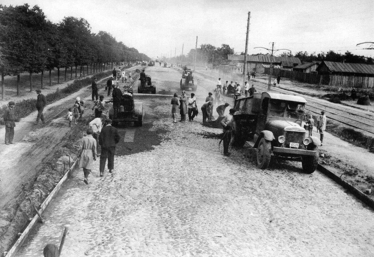 1931. Асфальтируют Ленинградское шоссе