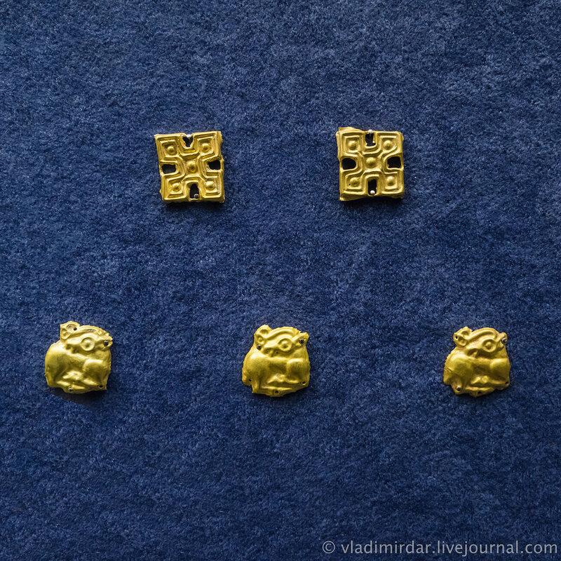 бляхи с изображением геометрических форм и оленей. Золото, свинец. V-IV в до н.э. Краснодарский край, до 1917 года.