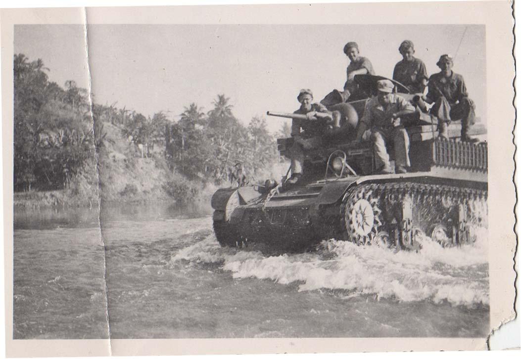 Stewart-tank-rijdt-door-rivierbedding-op-Java.jpg