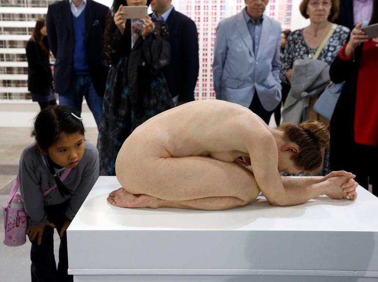 девочка рассматривает экспозицию современное искусство