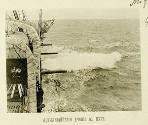 Пушки на борту крейсера Адмирал Корнилов во время артиллерийских учений на пути в Чифу
