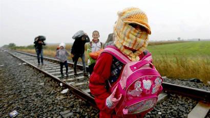 Сотни беженцев перекрыли дорогу насербско-венгерской границе