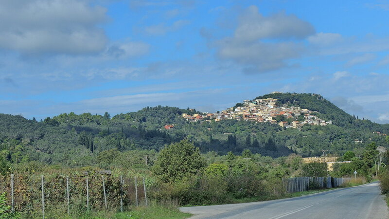 Деревня на склоне горы