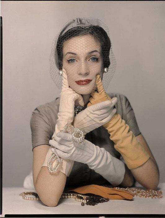girl-with-gloves_1949.jpg