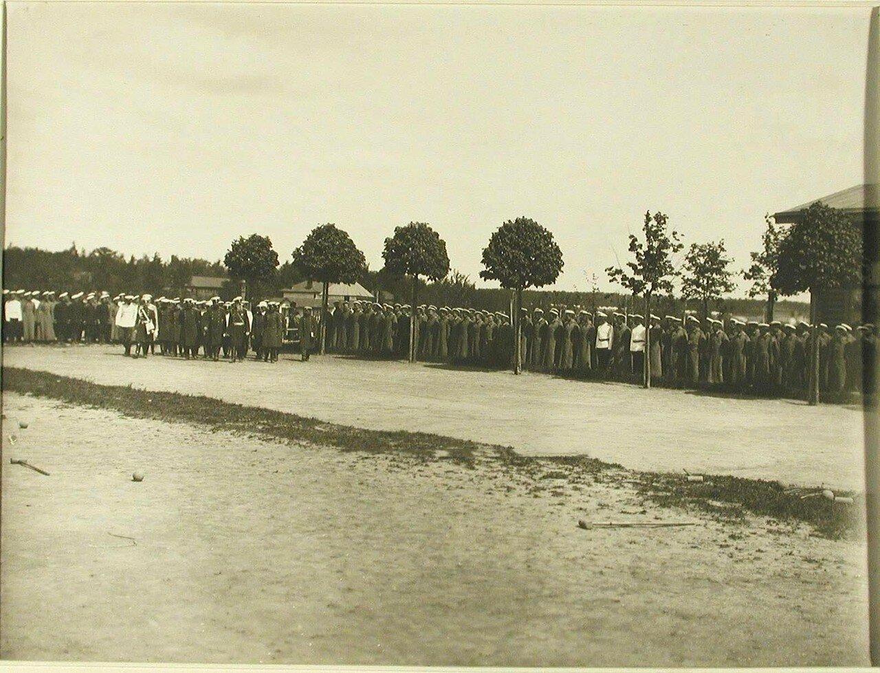 37. Юнкера, выстроенные на плацу в день посещения лагеря августейшим шефом училища. Красное Село