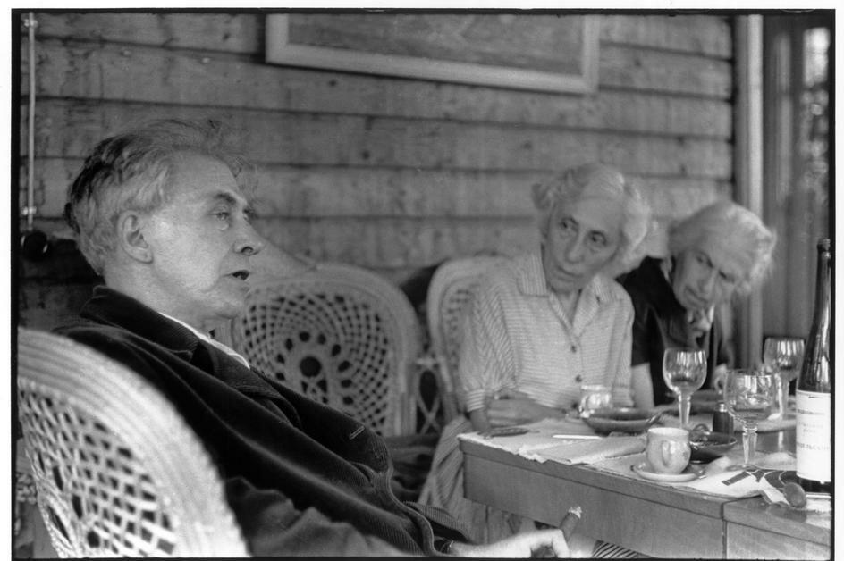 1954. Москва. Илья Эренбург, советский писатель и журналист на своей подмосковной даче