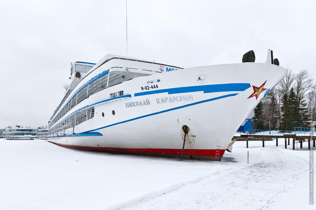 теплоход Николай Карамзин зимой в Хлебниковском затоне