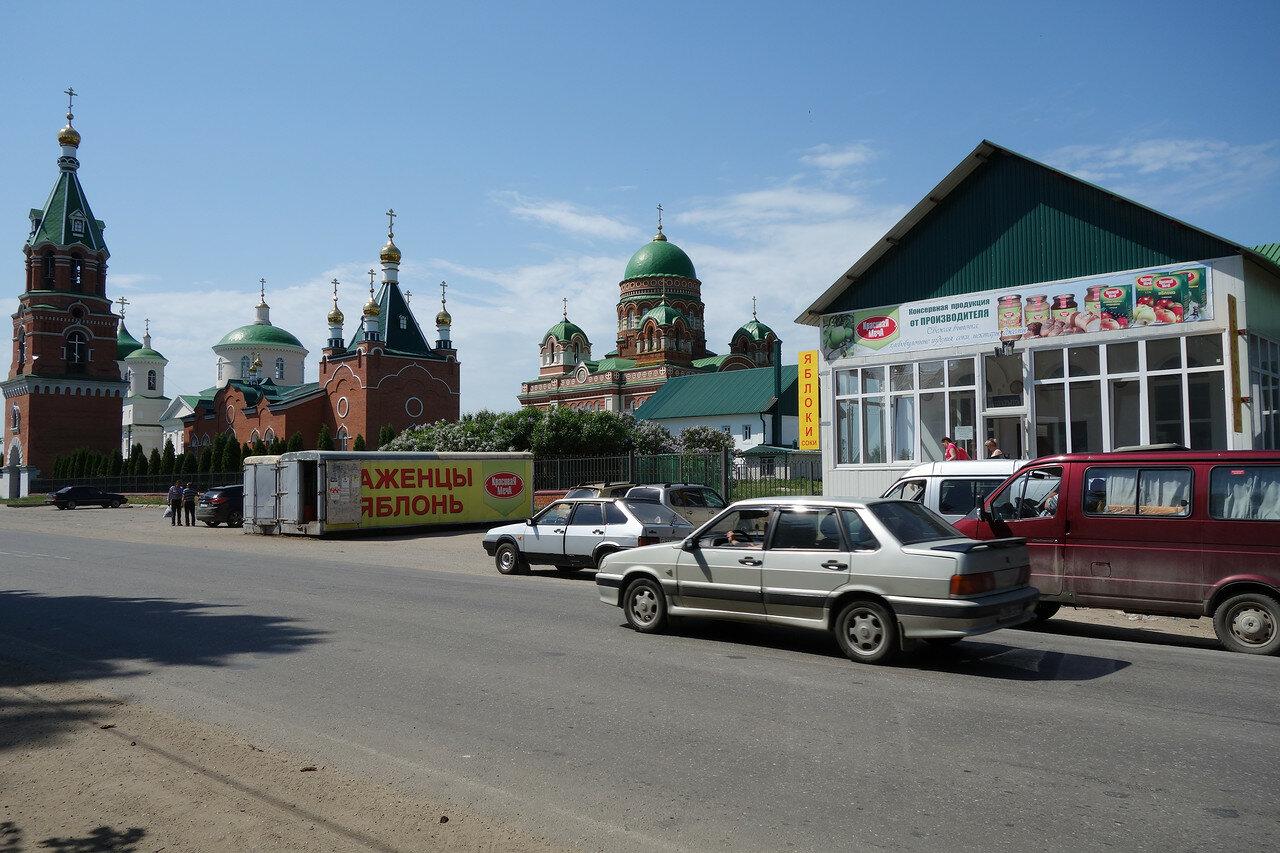 яблоки и монастырь в селе Троекурово