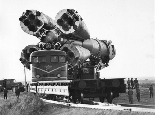 Космодром Байконур. Доставка ракетоносителя с космический кораблем ''Союз'' на стартовую площадку. Автор Мусаэльян Владимир, 1970.jpg