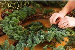 Как сделать новогодний венок из сосны 8