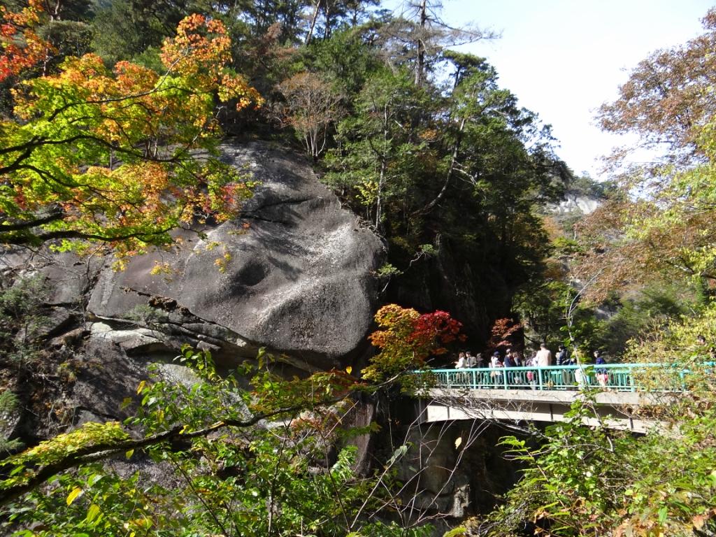 Япония. Водопад Сенга-таки на реке Аракава в префектуре Яманаси. Каньен «Shōsenkyō»