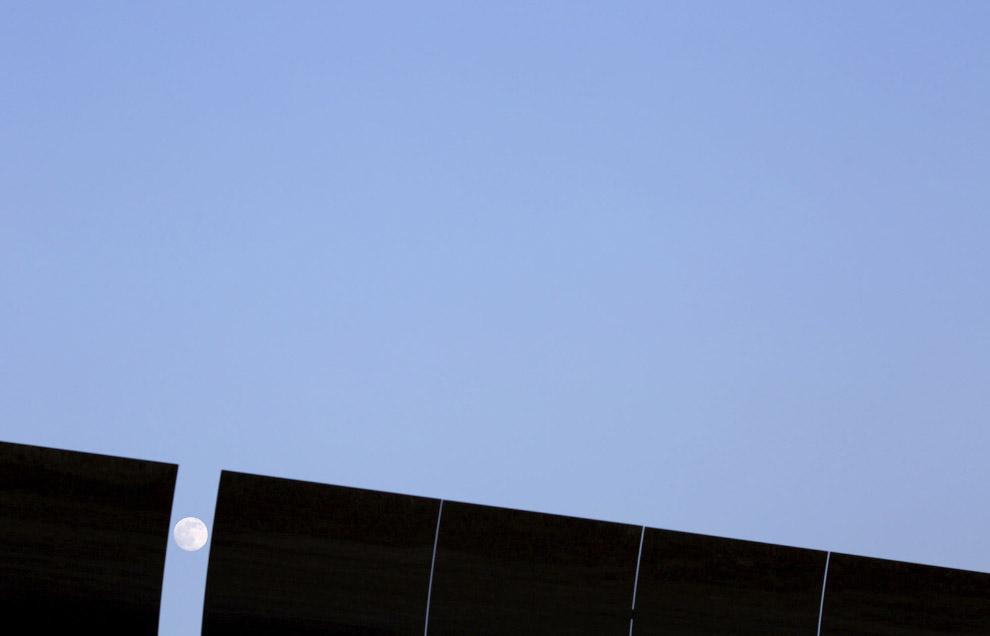 13. Для понимания размеров параболических зеркал. (Фото Marcelo del Pozo | Reuters):