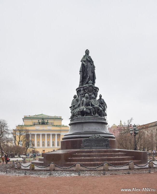 На площади Островского стоит известный памятник Екатерине Второй.