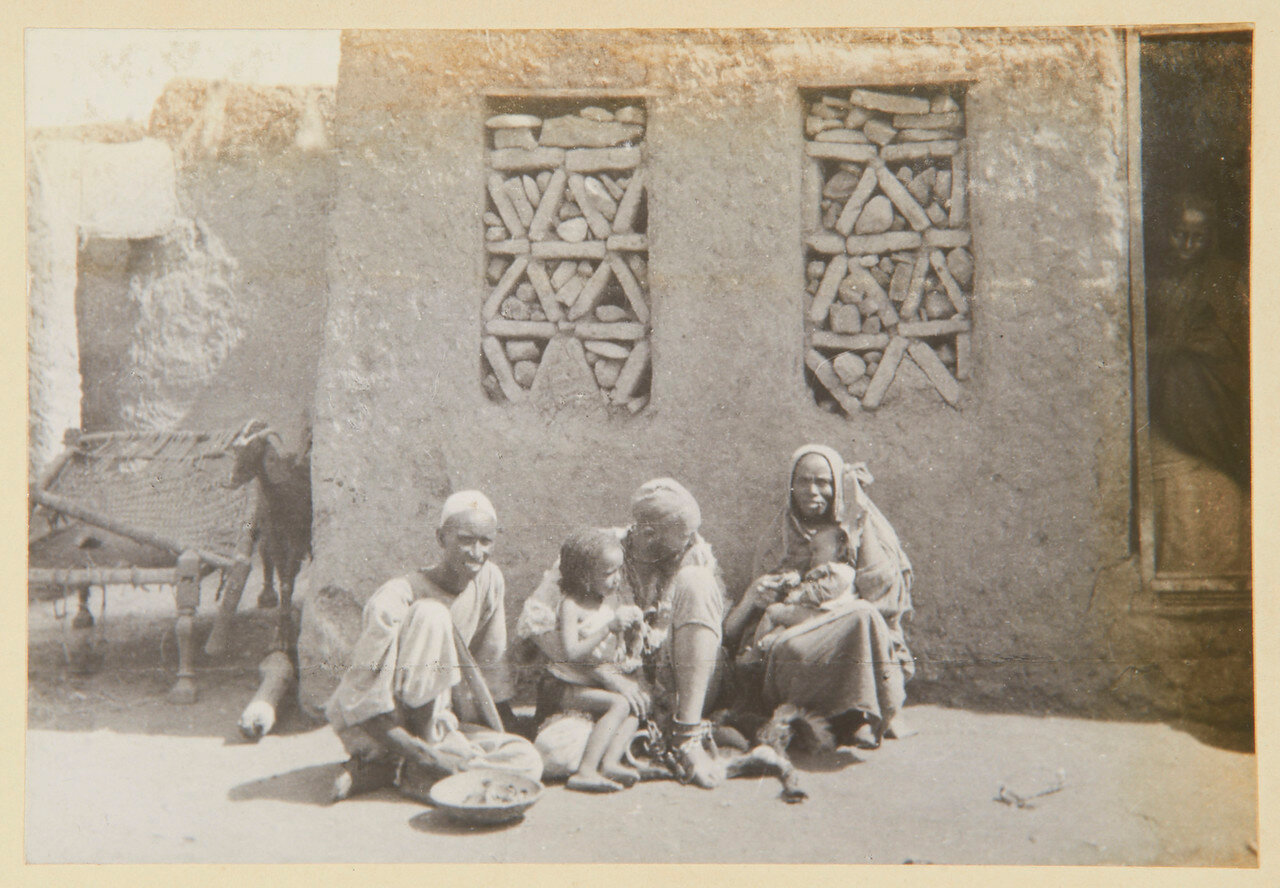 Чарльз Нейфельд со своей женой негритянкой и детьми
