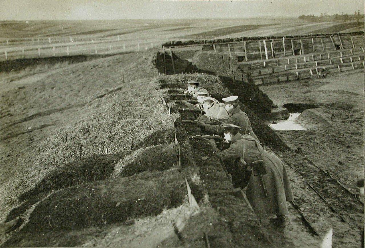20. Русские солдаты в покинутом австрийцами форте