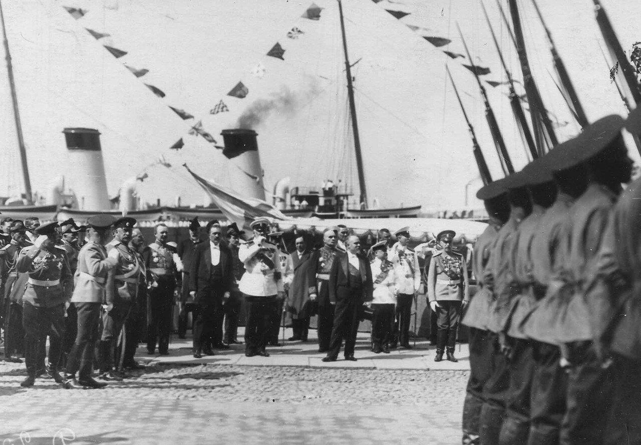 30. Р.Пуанкаре, министр-президент Р.Вивиани и сопровождающие их лица принимают парад почетного караула на Английской набережной