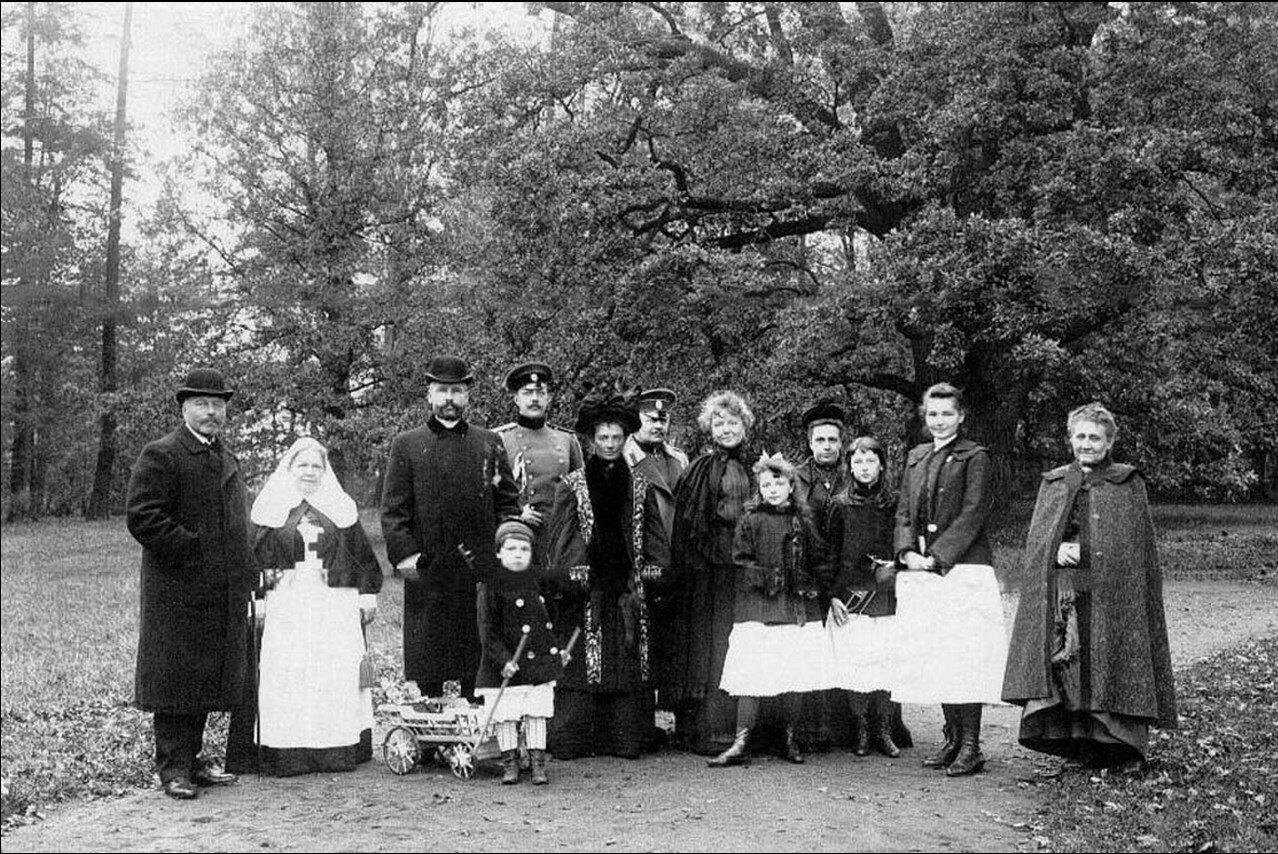 Председатель Совета министров П.А.Столыпин среди членов своей семьи и друзей в Елагином парке