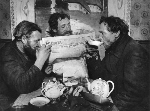 Tea drinking in Ramenskoe - by Boris Ignatovich, 1928.jpg