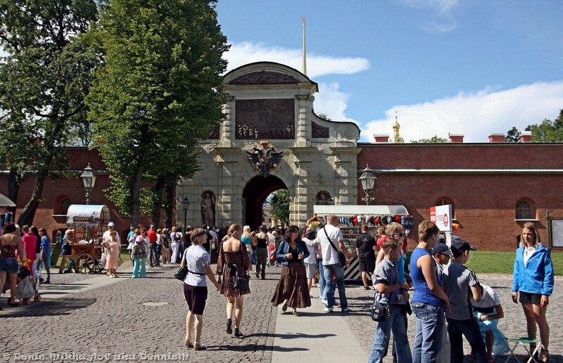 Вход через Петровские ворота: