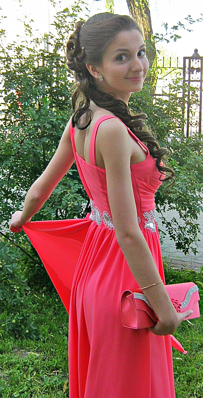 Выпускница с красивой прической в платье