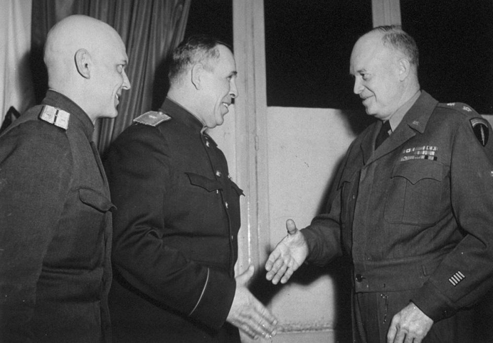 Генерал-майор И.А. Суслопаров пожимает руку Д. Эйзенхауэру на подписании акта о капитуляции Германии в Реймсе.jpeg